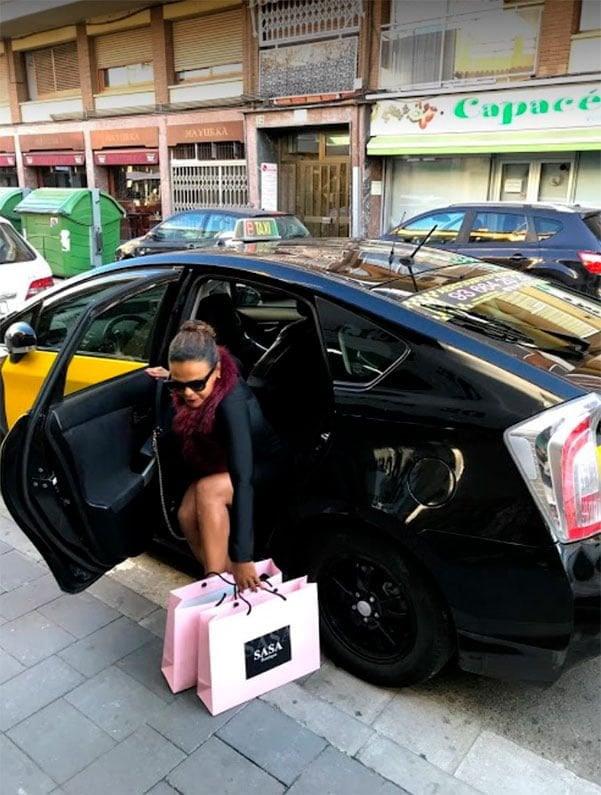 Taxi Castelldefels dejando pasajera
